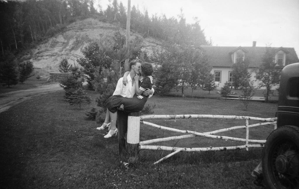 Joven pareja besándose apasionadamente-Augesis